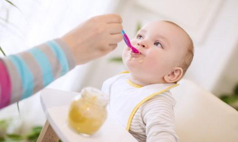 スプーンで上手に食べる赤ちゃん
