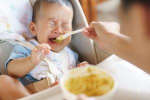 イヤイヤして食べない赤ちゃん