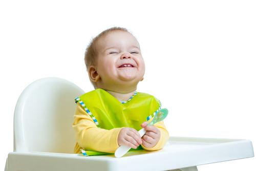 離乳食のスプーンやマグはいつから?手がベタベタで汚くてもママは我慢。